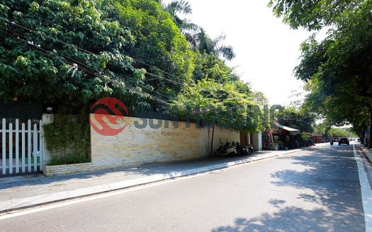 Large property in Tay Ho. 700m2 with 2 stories and a parking lot