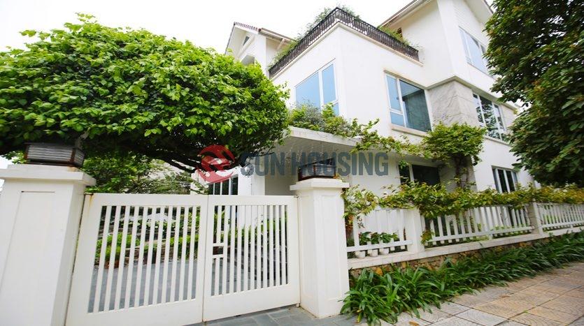 Beautiful corner, garden yard villa in Vinhome Riverside for rent.